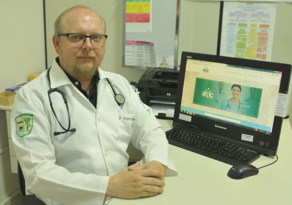 André Kamchen no seu consultório para a revista Afeto