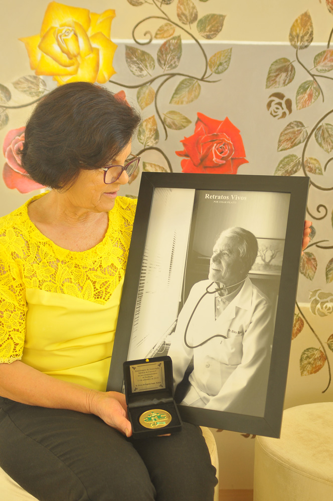 Arlete Rabelo recebe o quadro e moeda de fundador do seu esposo Dr. Álvaro (em memória)