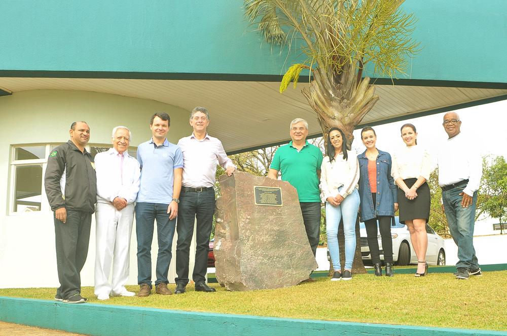Implantação da pedra fundamental na sede da AMC com a presença de amigos e convidados
