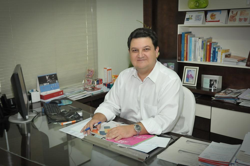O urologista Dr. Carlos Augusto Barreira, da clínica Uroclin, em entrevista para a revista Afeto