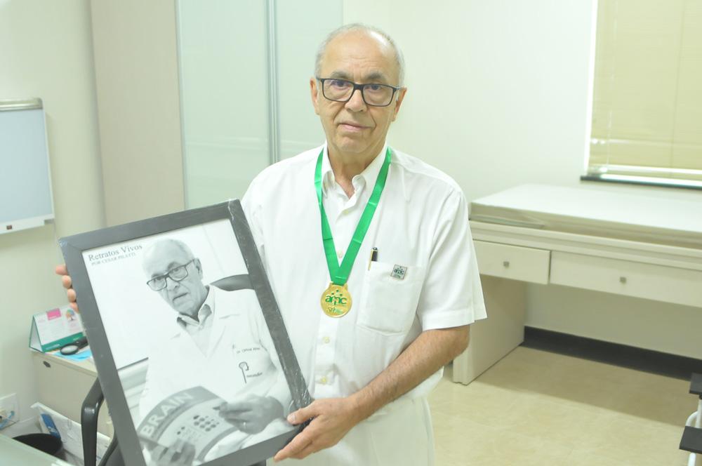 Dr. Orival recebe seu quadro em seu consultório